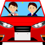 女性と教官が車を運転している画像