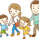 夏に旅行している家族の画像