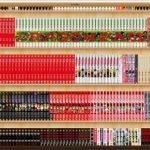 人気コミックがたくさん置いてある本棚の画像
