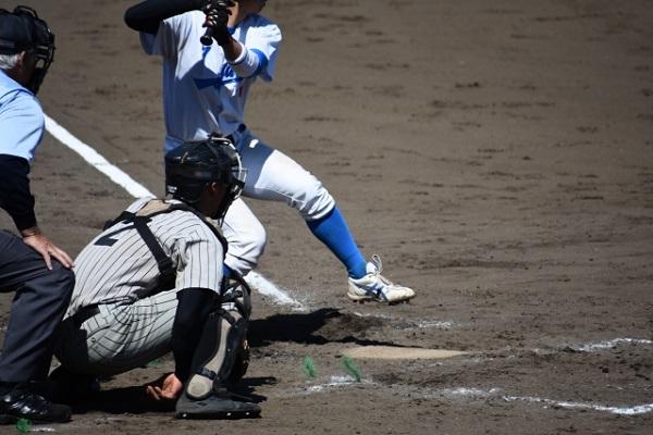 野球をしている捕手とバッターの画像