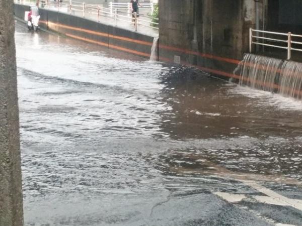 大雨で冠水した道路の画像