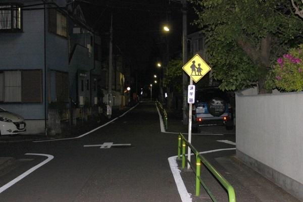 鉄パイプ事件が起きた場所に近い夜間の道路